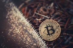 Guld- bitcoin crypto valutabitcoin mot en bakgrund av rostiga hjälpmedel en enkel funktionsduglig konsument problem och affärstil Royaltyfria Foton