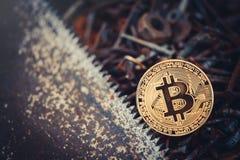 Guld- bitcoin crypto valutabitcoin mot en bakgrund av rostiga hjälpmedel en enkel funktionsduglig konsument problem och affärstil Royaltyfri Bild
