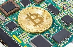 Guld- bitcoin för Digital cryptocurrency som ligger över elektronisk comput Arkivbilder