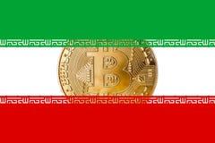 Guld- bitcoin inom den iranska flagga-/Iran cryptocurrecyconcepen royaltyfri foto