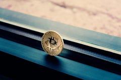 Guld- bitcoin med filmisk färgläggning Arkivbild