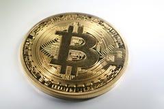 Guld- Bitcoin med högkvalitativ vit bakgrund Royaltyfri Fotografi