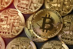 Guld- Bitcoin myntar closeupen Arkivbilder