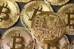 Guld- Bitcoin myntar closeupen Royaltyfri Foto