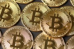 Guld- Bitcoin myntar closeupen Royaltyfri Fotografi