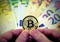 Guld- bitcoin och europeiska sedlar med tappningeffekt Royaltyfri Bild