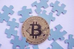 guld- bitcoin och pussel med lagt ut som ett pussel Royaltyfri Fotografi