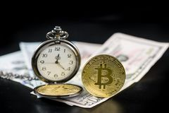 Guld- bitcoin och rova på oss dollar som står på mörker Royaltyfri Foto