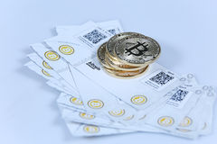 Guld- Bitcoin och sedlar Arkivbild