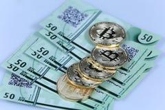 Guld- Bitcoin och sedlar Arkivfoton