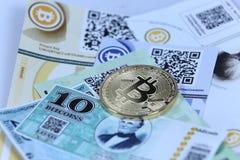 Guld- Bitcoin och sedlar royaltyfria foton