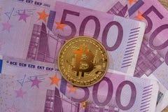 Guld- bitcoin ovanför 500 eurosedlar Royaltyfria Foton