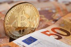 Guld- bitcoin på bakgrund för femtio eurosedlar Bitcoin crypto valuta, Blockchain teknologi, digitala pengar som bryter begrepp, Fotografering för Bildbyråer