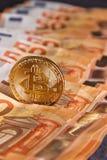 Guld- bitcoin på bakgrund för femtio eurosedlar Bitcoin crypto valuta, Blockchain teknologi, digitala pengar som bryter begrepp, Royaltyfri Bild