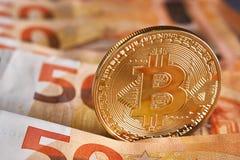 Guld- bitcoin på bakgrund för femtio eurosedlar Bitcoin crypto valuta, Blockchain teknologi, digitala pengar som bryter begrepp, Royaltyfri Fotografi