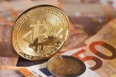 Guld- bitcoin på bakgrund för femtio eurosedlar Bitcoin crypto valuta, Blockchain teknologi, digitala pengar som bryter begrepp, Arkivbilder
