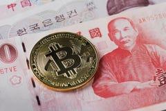 Guld- bitcoin på bakgrund 1000 för Taiwanease dollarräkningar royaltyfria foton