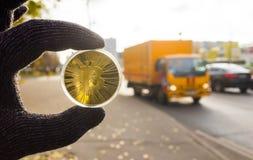 Guld- bitcoin på bakgrunden arkivbild