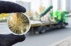 Guld- bitcoin på bakgrunden royaltyfri foto