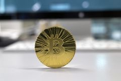 Guld- bitcoin på bakgrunden arkivbilder