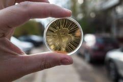 Guld- bitcoin på bakgrunden royaltyfri fotografi