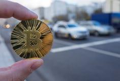 Guld- bitcoin på bakgrunden arkivfoto