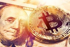 Guld- bitcoin på 100 dollar sedel Övre bild för slut med sele Royaltyfri Fotografi