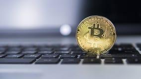 Guld- bitcoin på en bärbar dator Bitcoin crypto valuta på ett datorsvarttangentbord Digital valuta faktiska pengar Belägga med me Royaltyfria Bilder
