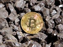 Guld- bitcoin på en bakgrund för kol` s Mayerized Crypto valuta Lönelista till och med internet Att att drypa crypto valutabitcoi arkivfoto