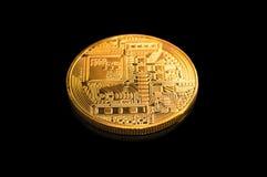 Guld- Bitcoin på en svart bakgrund Royaltyfria Bilder