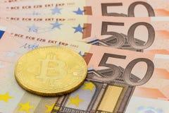 Guld- Bitcoin på euro 50 Begrepp för utbyte för elektroniska pengar Royaltyfria Bilder