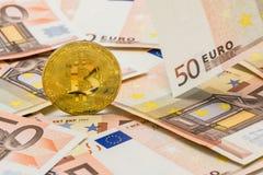 Guld- Bitcoin på euro 50 Begrepp för utbyte för elektroniska pengar Arkivbild