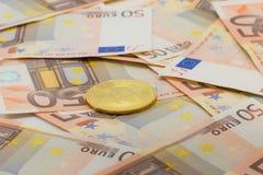 Guld- bitcoin på 50 eurosedlar Bryta begrepp, begrepp för utbyte för elektroniska pengar, Arkivbild