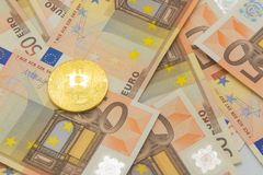 Guld- bitcoin på 50 eurosedlar Bryta begrepp, begrepp för utbyte för elektroniska pengar, begreppsmässig bild av bitcoin Arkivbilder