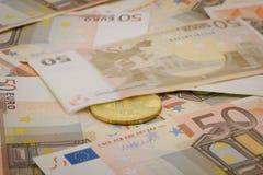 Guld- bitcoin på 50 eurosedlar Bryta begrepp, begrepp för utbyte för elektroniska pengar, begreppsmässig bild av att bryta för bi Fotografering för Bildbyråer