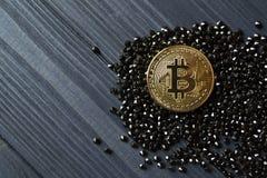 Guld- bitcoin på svarta juvlar Guld- mynt av cryptocurrencyen Fotografering för Bildbyråer