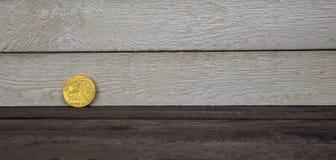 Guld- Bitcoin på träbakgrund begreppsmässig bild för crypto valuta royaltyfri fotografi
