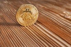 Guld- Bitcoin på träbakgrund Bitcoin crypto valuta, Blockchain teknologi, digitala pengar som bryter begrepp Royaltyfri Foto