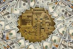 Guld- Bitcoin på US dollarräkningar Fotografering för Bildbyråer