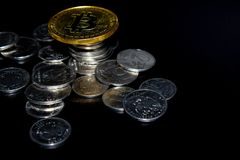 Guld- Bitcoin p? en svart bakgrund, pengar arkivbilder