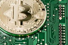Guld- Bitcoin pengar på datoren Arkivbilder