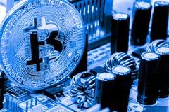 Guld- Bitcoin pengar på datoren Arkivfoton