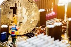 Guld- Bitcoin pengar på datoren Fotografering för Bildbyråer