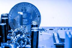 Guld- Bitcoin pengar på datoren Royaltyfri Foto