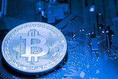 Guld- Bitcoin pengar på datoren Arkivfoto