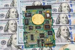 Guld- bitcoin som ligger över del för elektronisk dator med ame Royaltyfria Foton