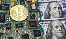 Guld- bitcoin som ligger över del för elektronisk dator med ame Arkivbild