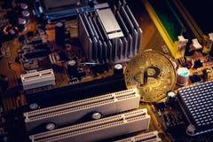 Guld- bitcoincryptocurrency på boa för elektronisk strömkrets för dator Arkivfoton