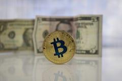 Guld- bitcoinmynt och US dollar Royaltyfri Fotografi