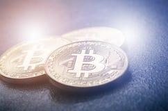 Guld- bitcoinmynt på en mörk bakgrund med reflexion Faktisk valuta Crypto valuta nya faktiska pengar Lens signalljus Royaltyfria Bilder